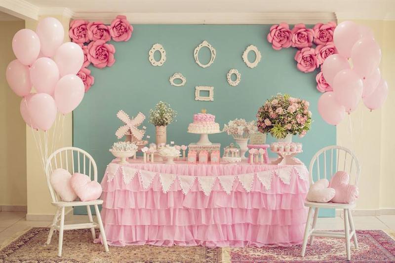 Trang trí tiệc thôi nôi cho bé gái bằng tông màu hồng đáng yêu