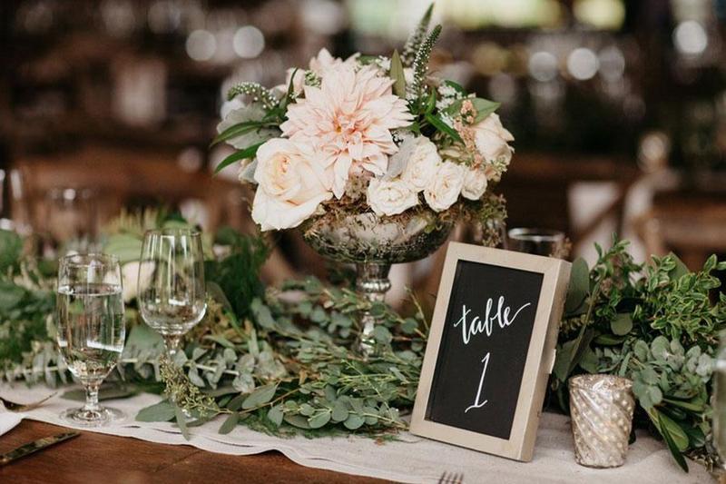 5 mẫu hoa trang trí siêu ấn tượng để bàn đặt tiệc báo hỷ tại nhà
